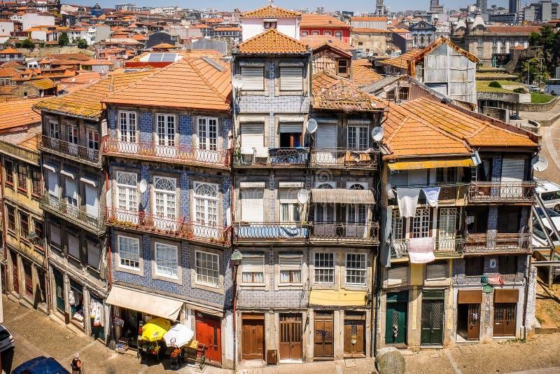 在一条弯曲的街道上的五颜六色的大厦在Portos葡萄牙如从上面被观看 库存图片
