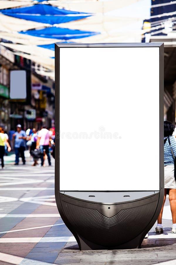 在一条拥挤街道上的广告盘区 免版税库存图片