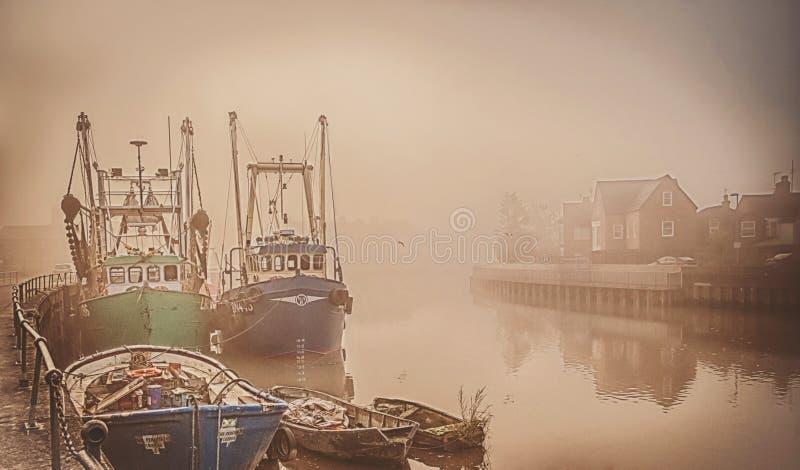 在一条有雾的河的小船 免版税库存照片