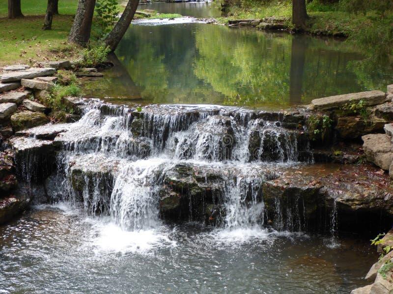 在一条森林地小河的落下的瀑布在奥扎克族印第安人 免版税库存图片