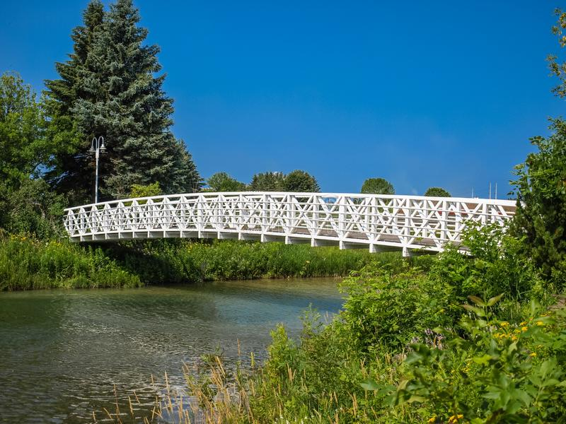 在一条河的白色脚桥梁在加拿大 免版税库存图片