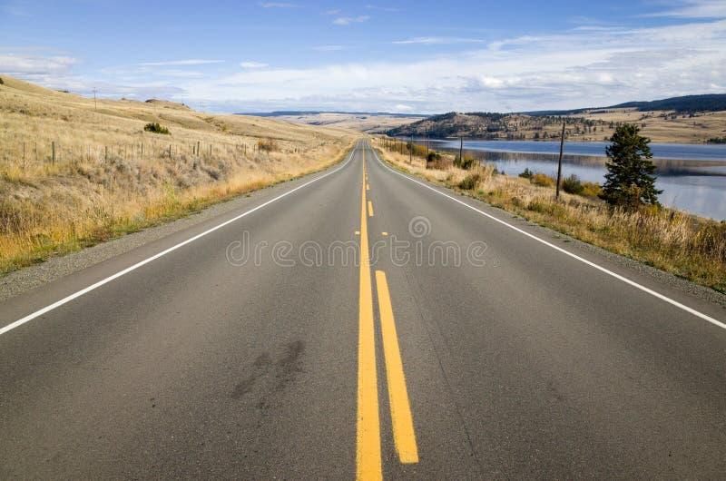 在一条涂焦油高速公路的黄色标号 库存图片