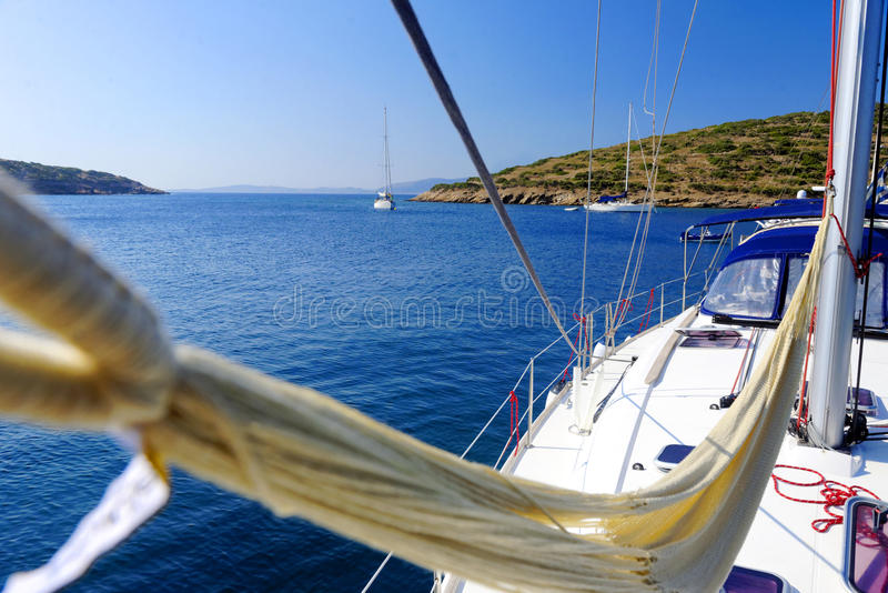 在一条游艇的吊床在蓝色海 库存照片
