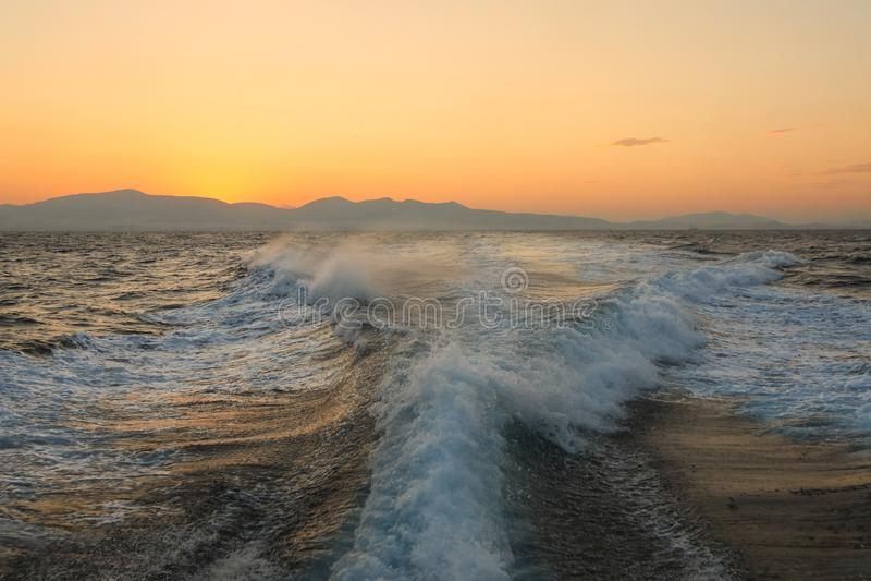 在一条游艇的夏天旅途在从爱琴海的爱琴海向爱奥尼亚海,5点风暴在早晨时间的在su面前 免版税库存图片