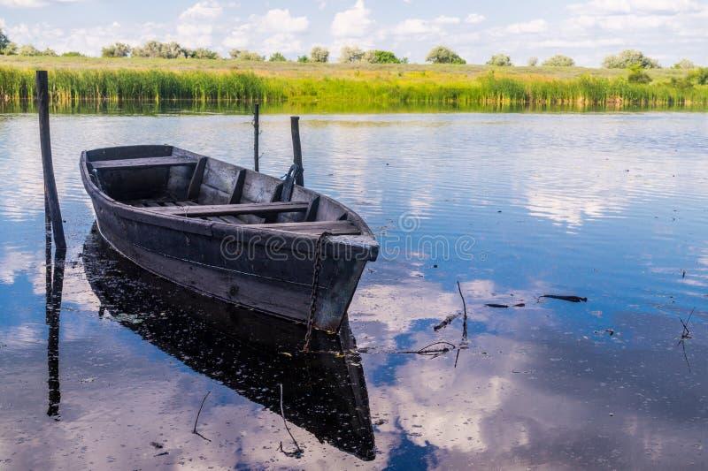 在一条湿软的河的岸的老木小船 路易斯安那,美国的土气风景 库存照片