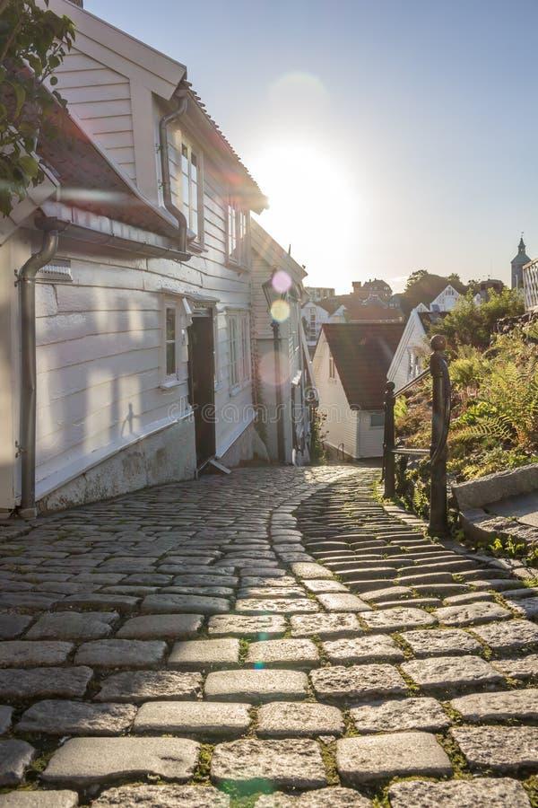 在一条狭窄的大卵石街道上的日出 免版税库存照片