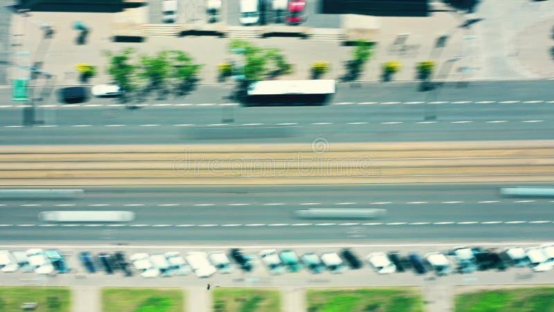 在一条现代城市街道的看法长的曝光射击的下空中上面 库存图片