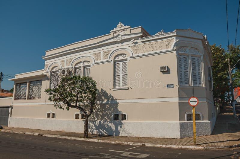 在一条空的街道的老华丽壁角连栋房屋有在边路的树的在São曼纽尔 图库摄影