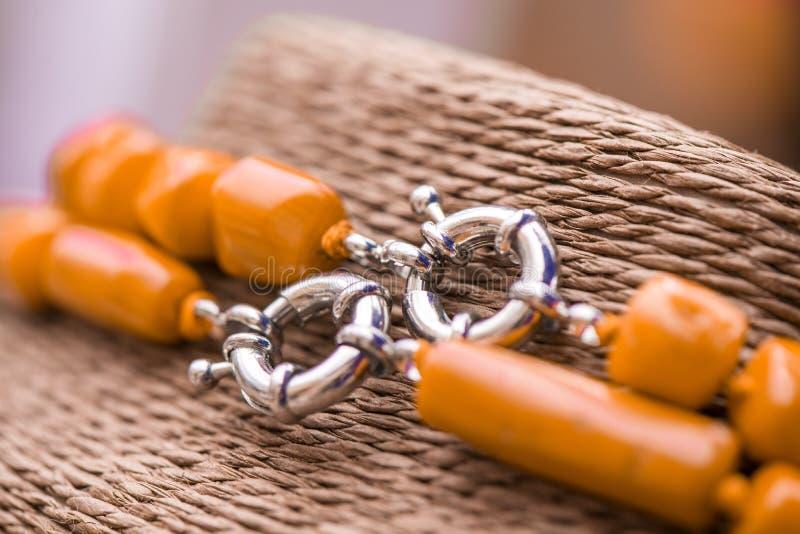 在一条红珊瑚石头和水晶项链的银色钩子 免版税库存照片