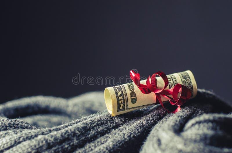 在一条红色丝带包裹的二十美元 库存图片