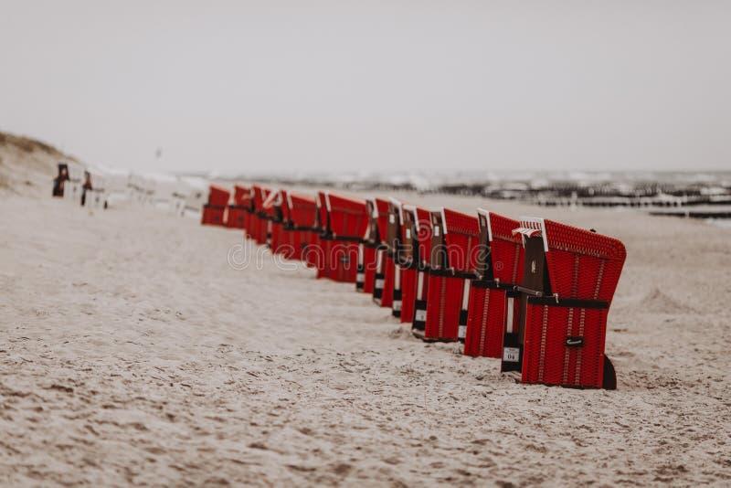 在一条线的海滩睡椅在德国海滩 库存照片