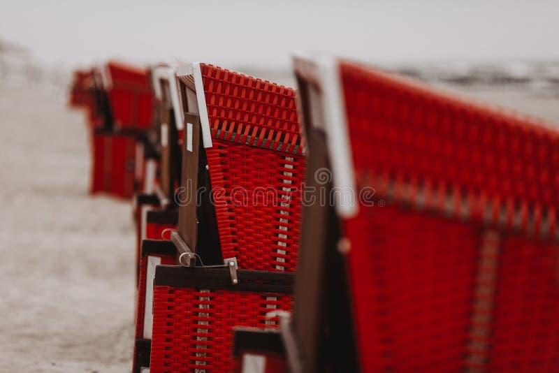在一条线的海滩睡椅在德国海滩 免版税库存照片