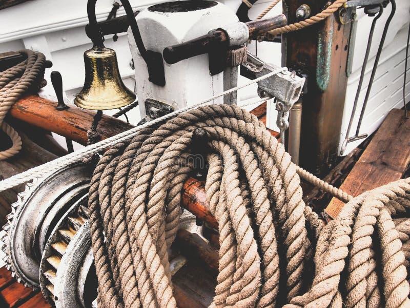在一条经典风船的绳索 库存图片