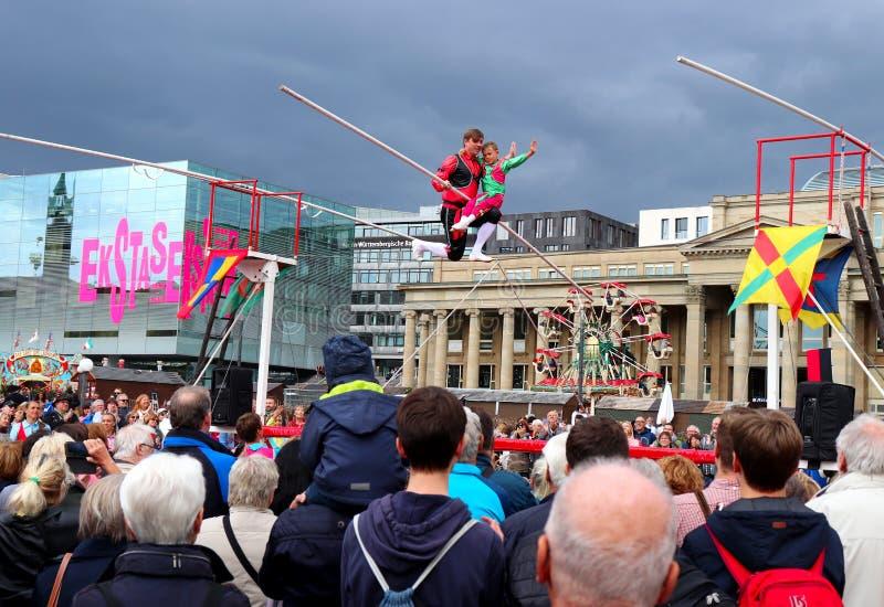 在一条绳索的人和男孩姿势在德国 免版税图库摄影