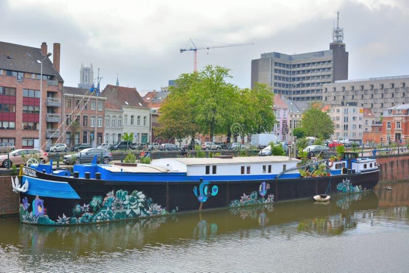 在一条美丽的生存小船的Streetart 免版税库存照片
