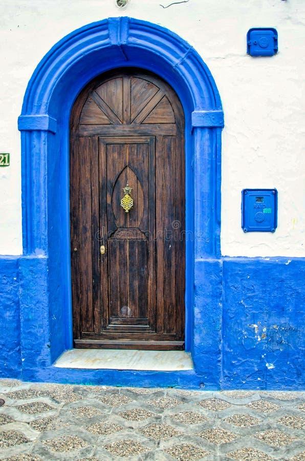 在一条老街道上的传统门在Asilah里面,摩洛哥麦地那  库存照片