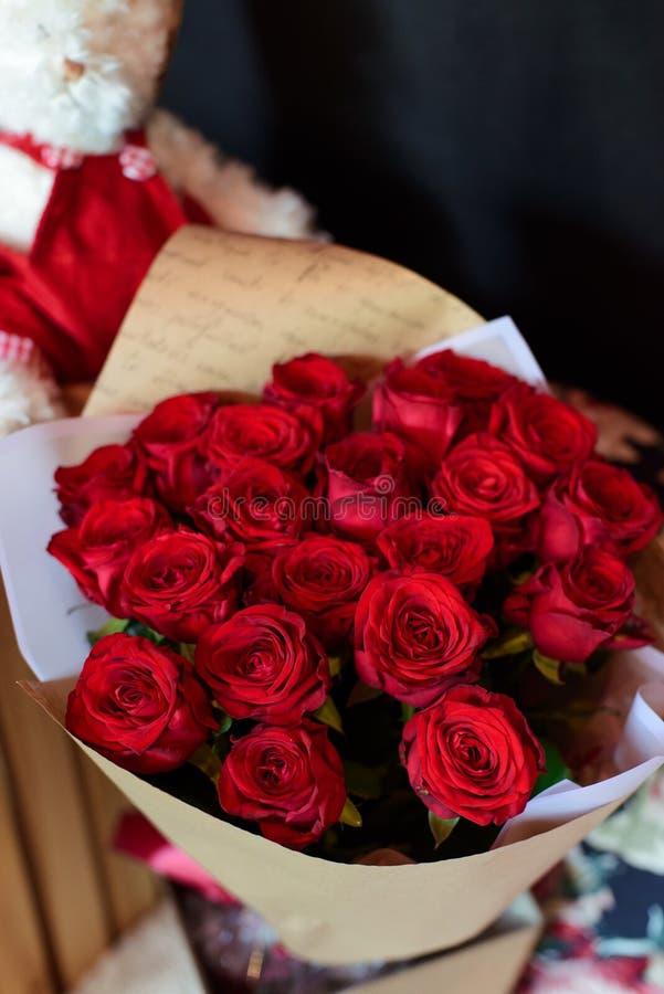 在一条腿的花束在庆祝商店floristry或婚姻的沙龙的餐馆内部 免版税库存照片