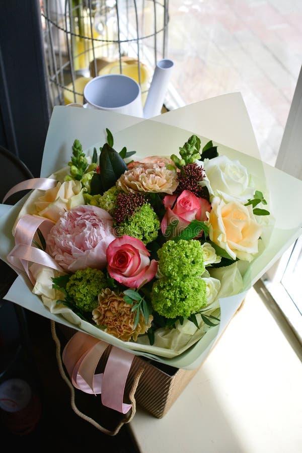 在一条腿的花束在庆祝商店floristry或婚姻的沙龙的餐馆内部 免版税图库摄影