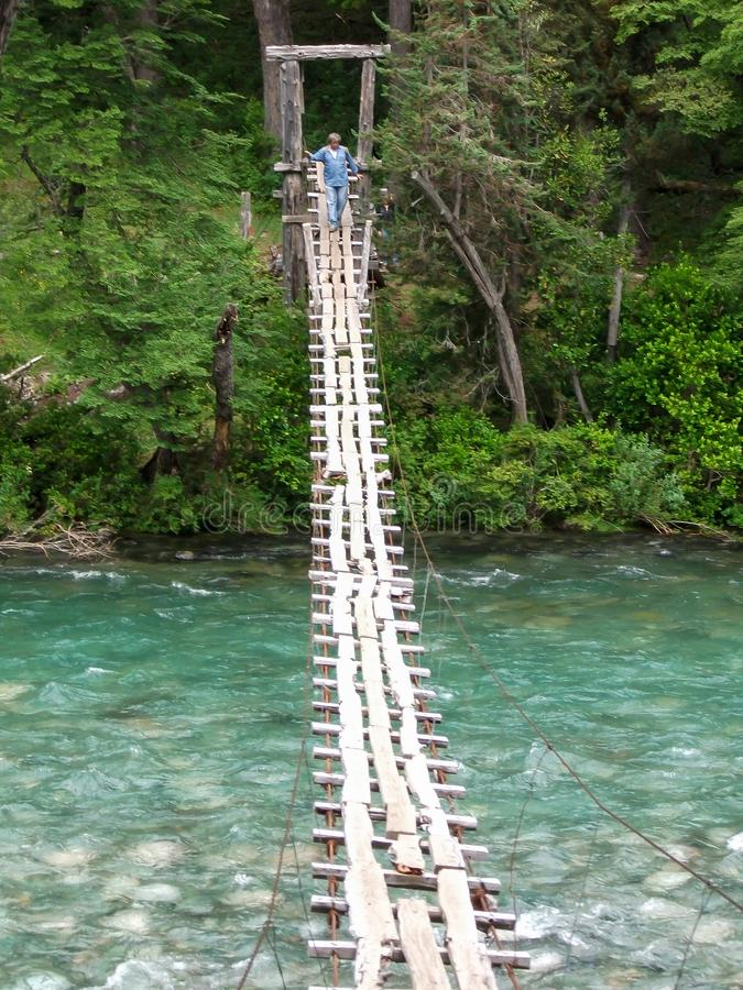 在一条蓝色河的吊桥 图库摄影