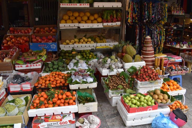 在一条街道上的传统地方食物市场在河内,越南,亚洲 免版税库存图片