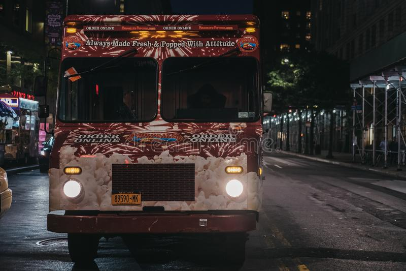 在一条街道上的冰淇淋搬运车在纽约,美国,在晚上 免版税库存照片