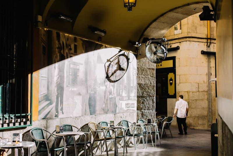 在一条街道上的安静,热的天在马德里,西班牙 免版税库存图片