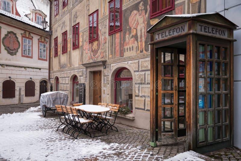 在一条街道上的电话亭在Krumlov镇 库存图片