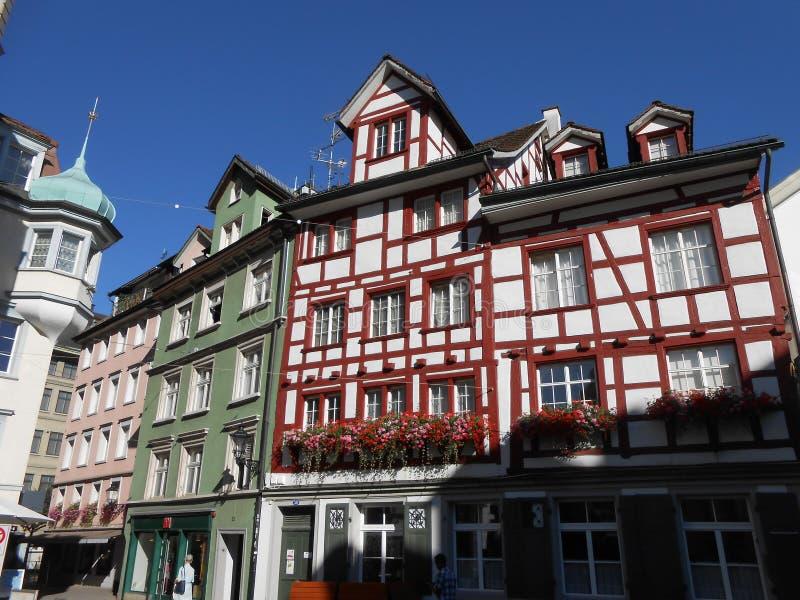 在一条街道上的老大厦在Sankt加连,瑞士 库存图片