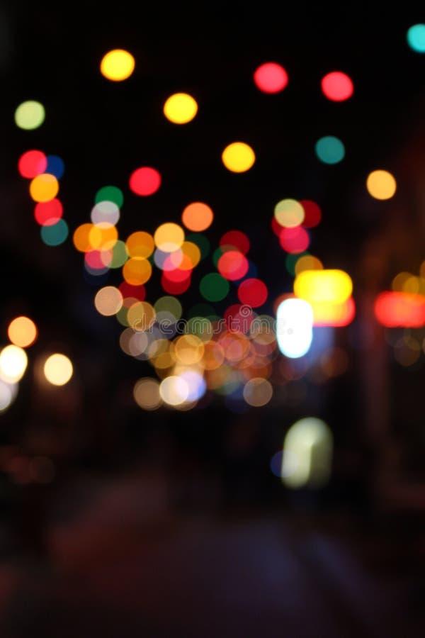 在一条街道上的被弄脏的五颜六色的光在晚上 库存照片