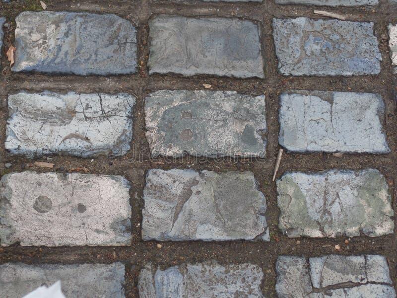 在一条街道上的青灰色铺磁砖的路面在罗切斯特,肯特 免版税库存图片