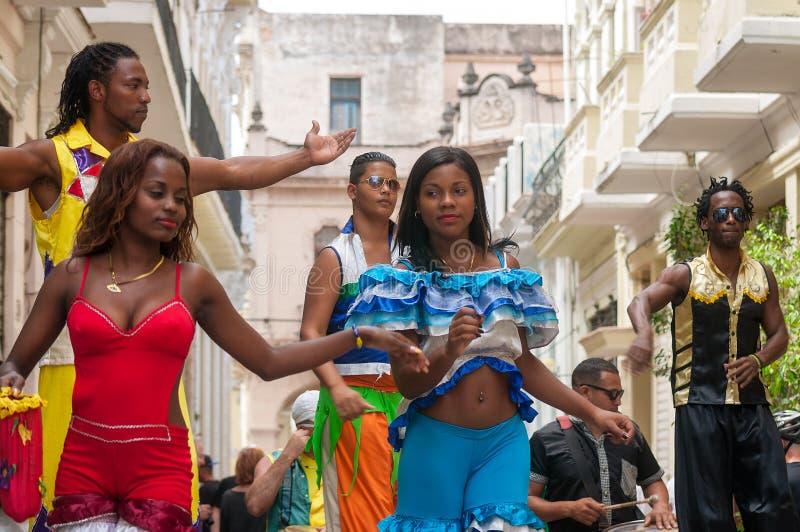 在一条街道上的高跷步行者舞蹈家在哈瓦那,古巴 库存照片