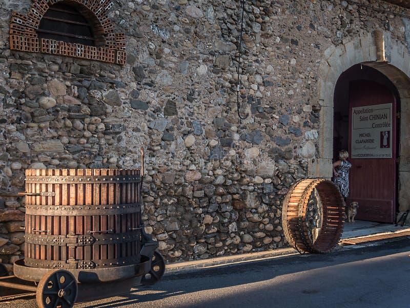 在一条街道的历史的葡萄presse在Roquebrun法国 库存图片