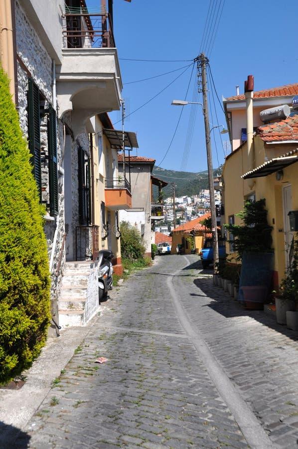 在一条被铺的路,卡瓦拉,希腊的村庄 免版税库存照片