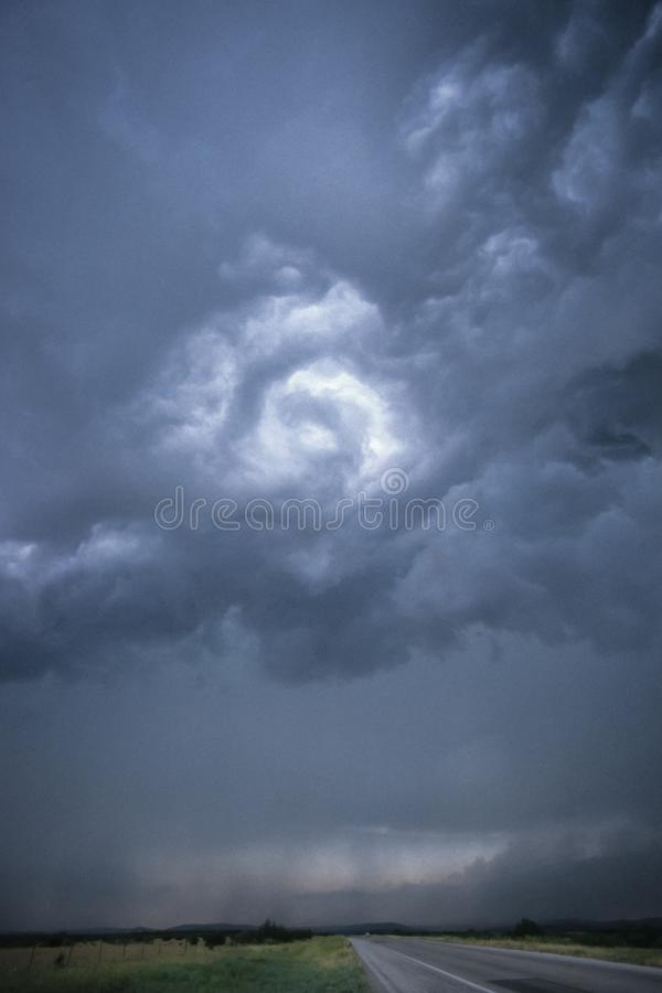 在一条路上的转动的云彩在北部中心的得克萨斯,美国 库存照片