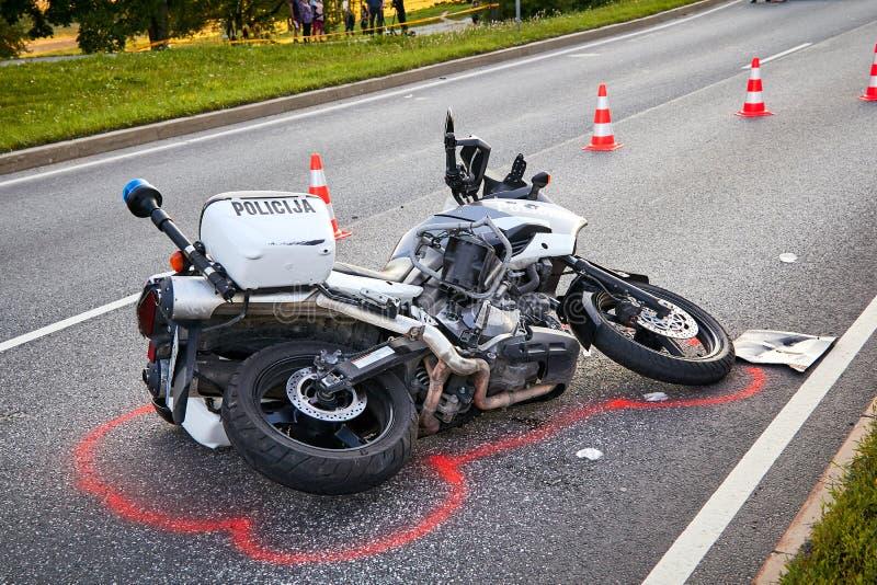 在一条路的交通事故在2019年6月第24在残暴的人拉脱维亚,在碰撞以后的警察摩托车与汽车 免版税库存照片