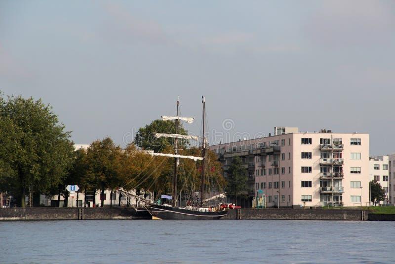 在一条轰烈的风船在河和大厦的看法在背景中在阿姆斯特丹荷兰 库存图片