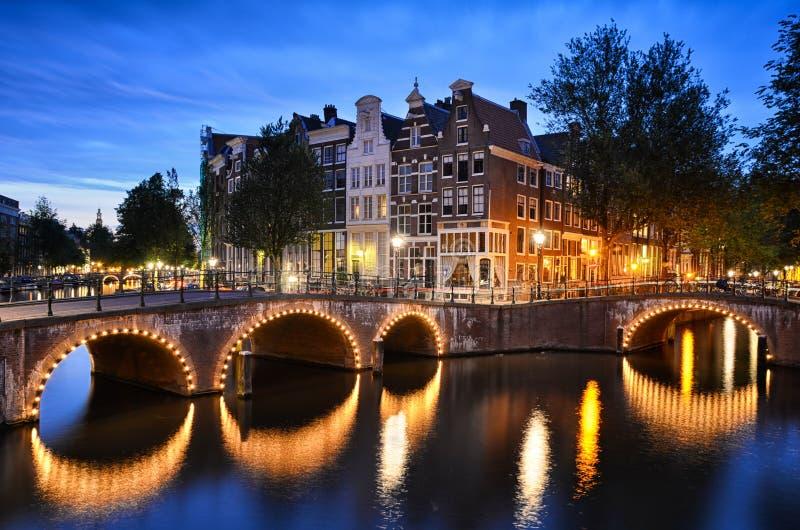 在一条运河的夜场面在阿姆斯特丹,荷兰 库存照片