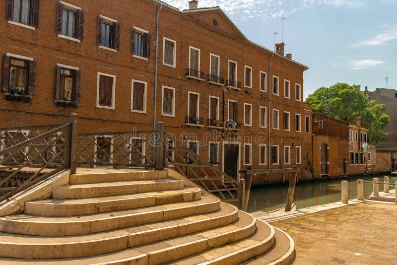 在一条运河的桥梁在威尼斯,意大利 库存图片