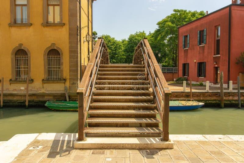 在一条运河的桥梁在威尼斯,意大利 图库摄影