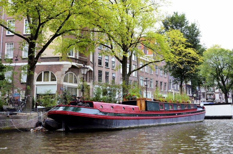 在一条运河的游艇在阿姆斯特丹 库存图片