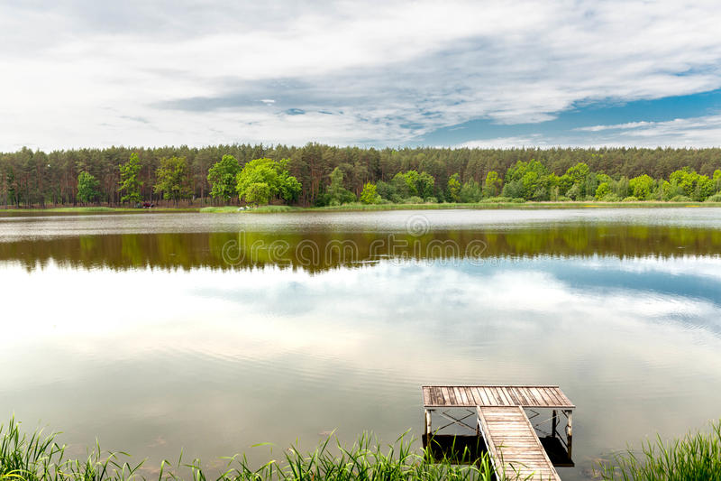 在一条镇静河的码头在夏天 库存照片