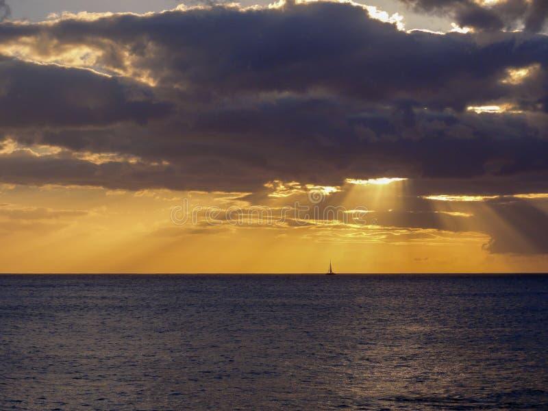 在一条风船的日落在奥阿胡岛 库存图片