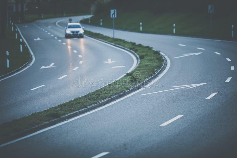 在一条高速公路的汽车在日落 库存照片