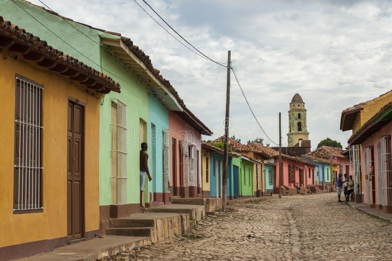 在一条鹅卵石街道上的色的房子在殖民地特立尼达,古巴 免版税图库摄影