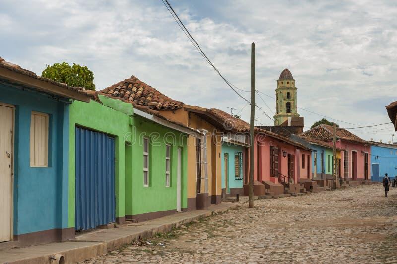 在一条鹅卵石街道上的色的房子在殖民地特立尼达,古巴 免版税库存照片