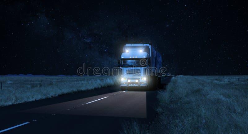 在一条黑暗的国家高速公路路的持久隔夜交换的后勤学 免版税库存照片