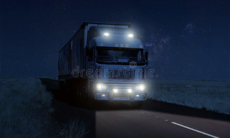 在一条黑暗的国家高速公路路的持久隔夜交换的后勤学 免版税库存图片