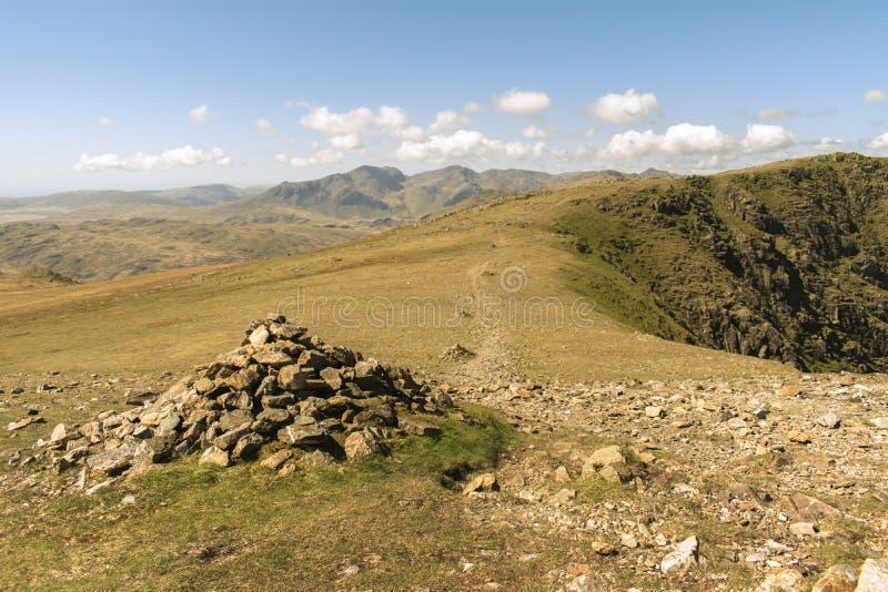 在一条stoney小径旁边的石标在湖区,英国 库存照片