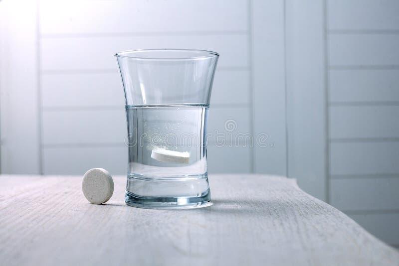 在一杯溶化的片剂水 库存图片