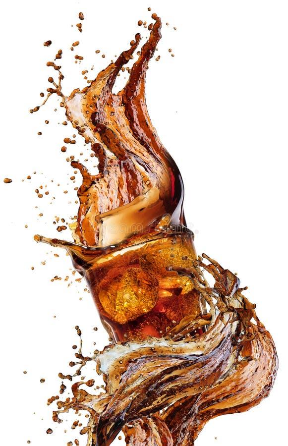 从在一杯的冰块飞溅可乐,被隔绝在白色背景 库存图片